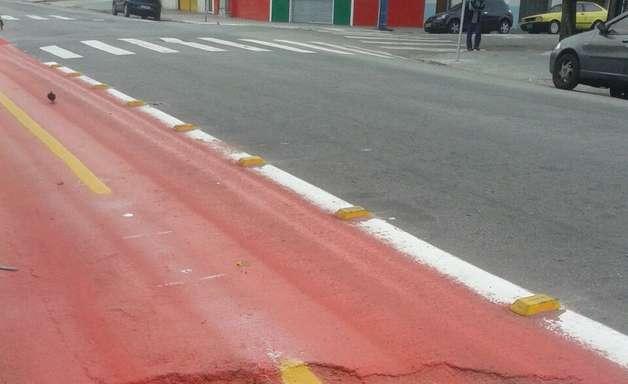 vc repórter: ciclovia é pintada sobre buraco em rua de SP