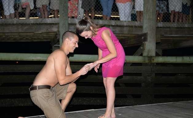Jovem derruba anel no mar ao pedir mão de noiva em casamento