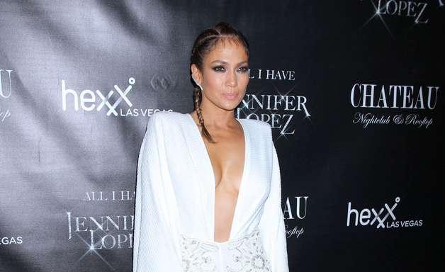 Poderosa! Jennifer Lopez abusa do decote em festa noturna
