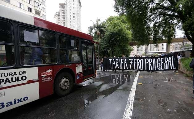 MPL volta a protestar e impede circulação de ônibus em SP