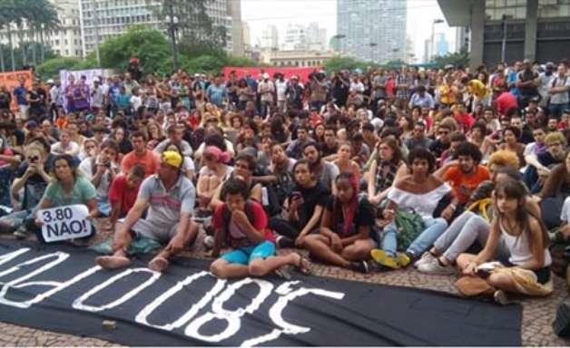 Sem Alckmin e Haddad, MPL faz debate em frente à prefeitura