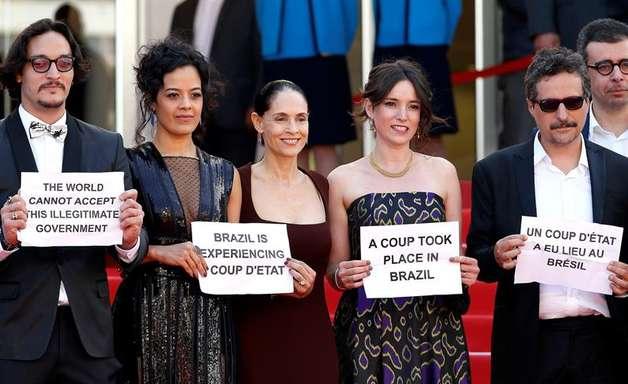 Artistas brasileiros em Cannes protestam contra impeachment