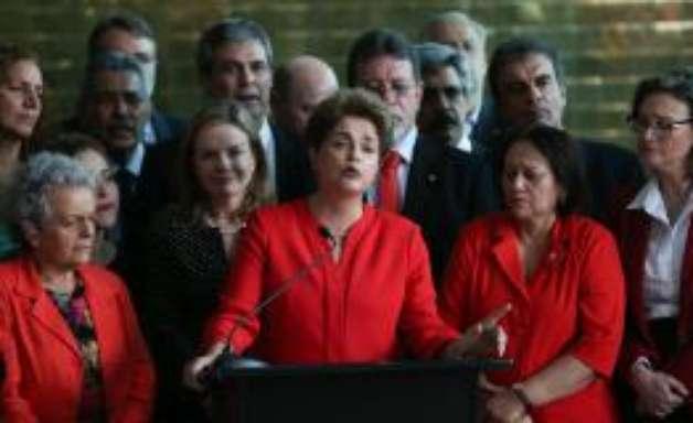 Com Alvorada cheio, Dilma assiste a julgamento com Lula