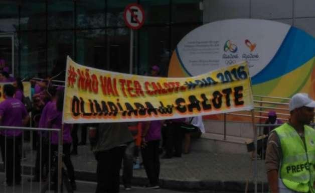 'Olimpíada do calote': trabalhadores protestam no Comitê Rio-2016