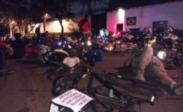 """Ciclistas protestam em frente à casa de Dória: """"desacelera"""""""