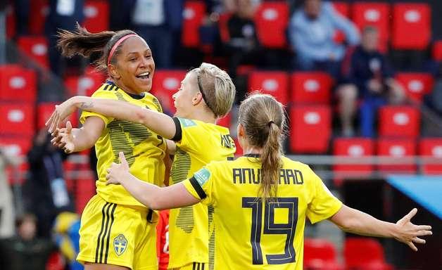 Em jogo paralisado pela chuva, Suécia bate o Chile na Copa