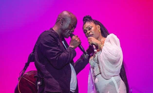 Seal desfila canções românticas em show morno com Xênia