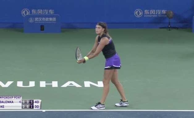 TÊNIS: WTA Wuhan: Sabalenka bate Riske (6-3, 3-6, 6-1)