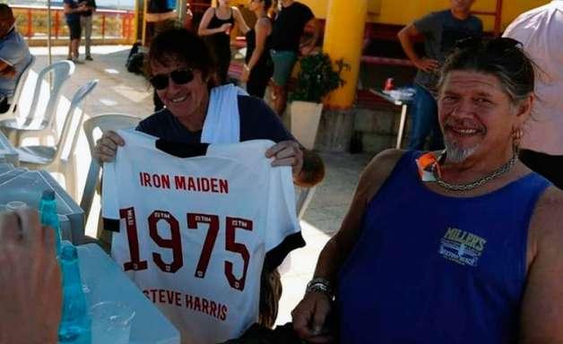 Baixista do Iron Maiden ganha camisa personalizada do Vasco