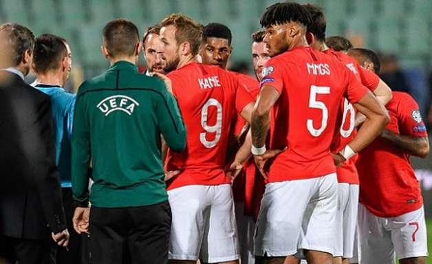 Inglaterra goleia Bulgária em jogo marcado por cantos nazistas