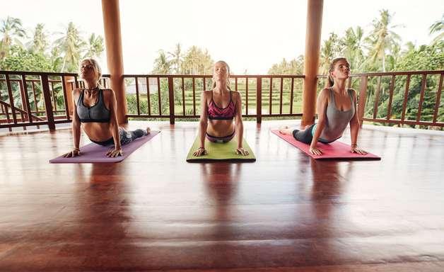 Melhorar a cólica? Poses de ioga ajudam, diz estudo