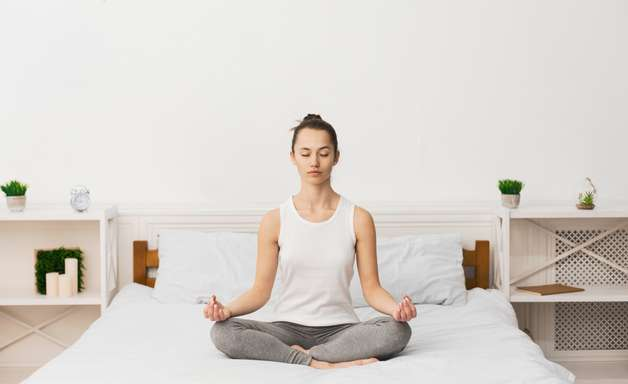 4 posturas de yoga para te ajudar a dormir