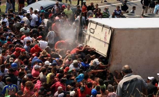 Caminhão tomba em rodovia e carga de 25t de carne é saqueada