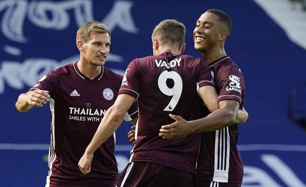 Com dois de Vardy, Leicester vence na estreia no Inglês