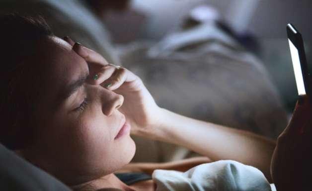 5 motivos para desistir do celular duas horas antes do sono