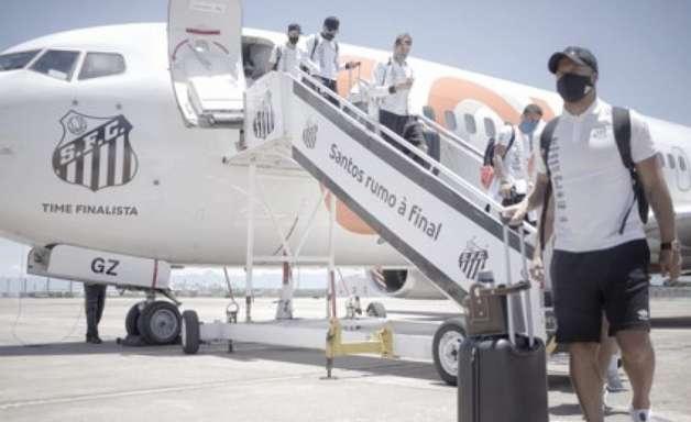 Com festa, Santos embarca para o Rio em avião personalizado
