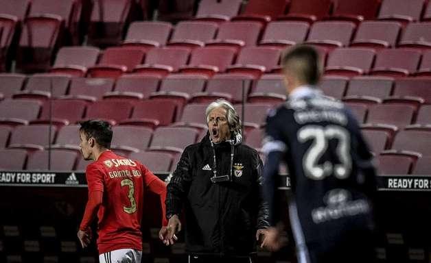 Português: Jorge Jesus volta após Covid-19, e Benfica vence o Famalicão