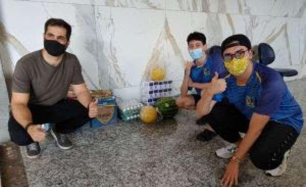 Jogadores daJogadores da Rensga entregam doações da Play do Bem