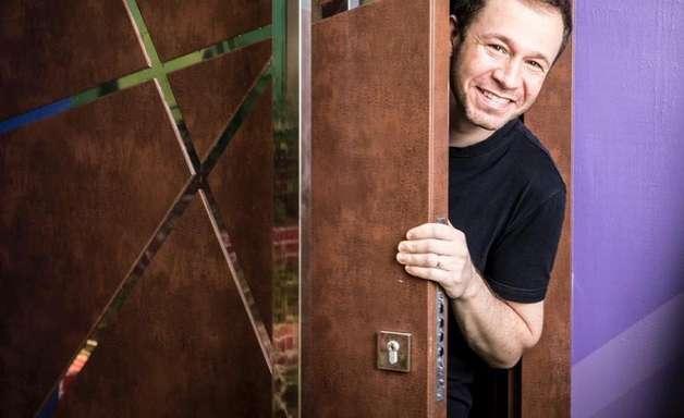 Que tal dar uma espiadinha no sorriso de Tiago Leifert?