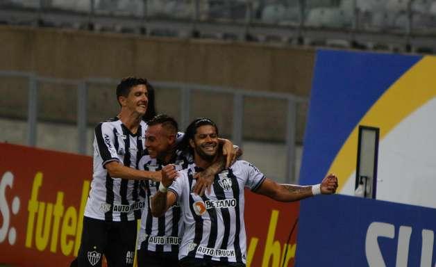 Com gols de Nacho e Hulk, Atlético goleia na volta de Cuca