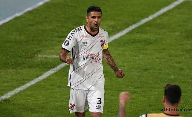 Athletico renova contrato com Lucho González