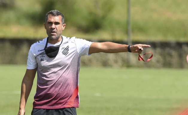 No esquema 3-4-3, Bruno Lazaroni monta Athletico para enfrentar o FC Cascavel