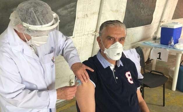 Presidente do Athletico, Mario Celso Petraglia toma a segunda dose da vacina contra a Covid-19