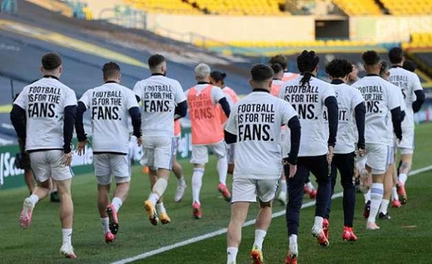 Leeds protesta contra a Superliga diante do Liverpool