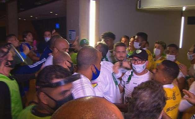 'Vai ter volta, Lisca. Vai ter volta', diz Marcelo Moreno em tom forte para o técnico do América-MG