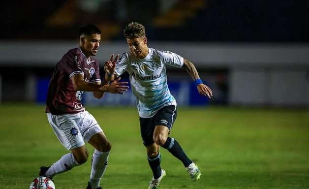 Com 2 de Diego Souza, Grêmio vence e encaminha vaga na final