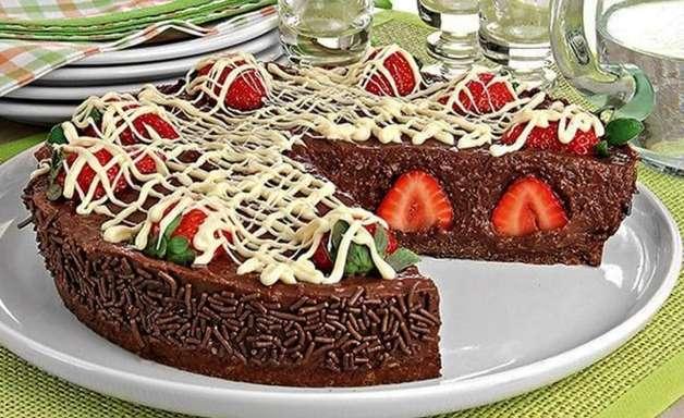 Torta de brigadeiro com morango fácil