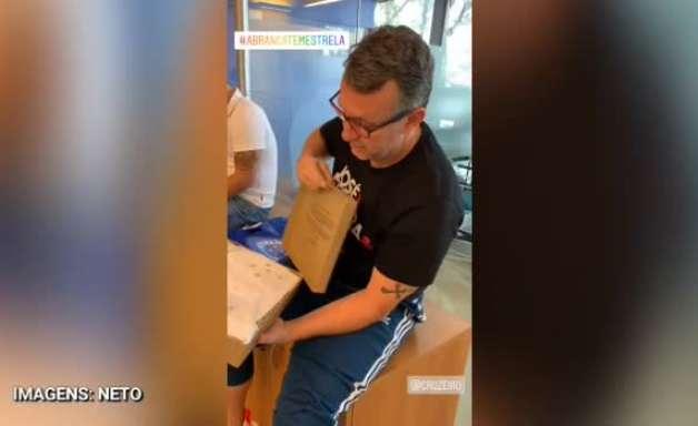 CRUZEIRO: Neto recebe camisas e exibe sua carteira de sócio do clube