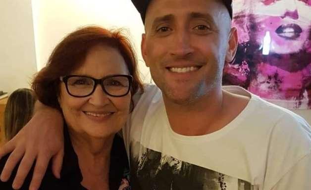 Mãe de Paulo Gustavo chora morte do filho, mas ressalta: 'Quando falo dele, eu rio'