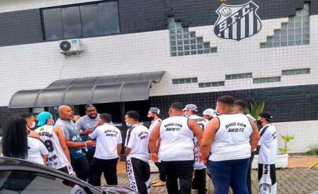 Santos registra BO sobre apedrejamento no ônibus e invasão no CT