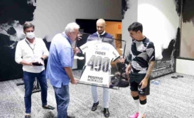 Em tarde de marca histórica pelo Corinthians, Fagner agradece time e brinca com Piton: 'Cruzamento morto'