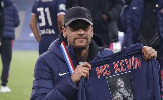 Neymar comemora título na França com homenagem a MC Kevin