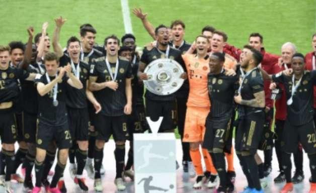 Após vencer o Augsburg, Bayern de Munique recebe o troféu do Alemão; veja o vídeo