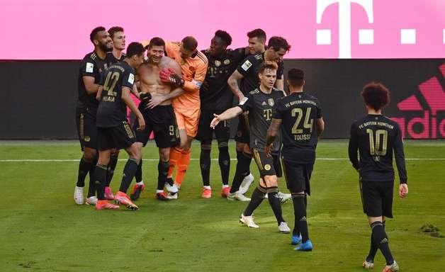 Lewandowski quebra recorde e Bayern vence na Bundesliga