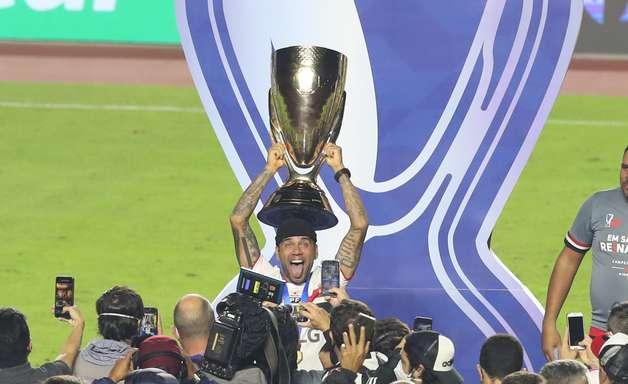 """Fifa elogia Daniel Alves: """"O ímã humano de troféus"""""""