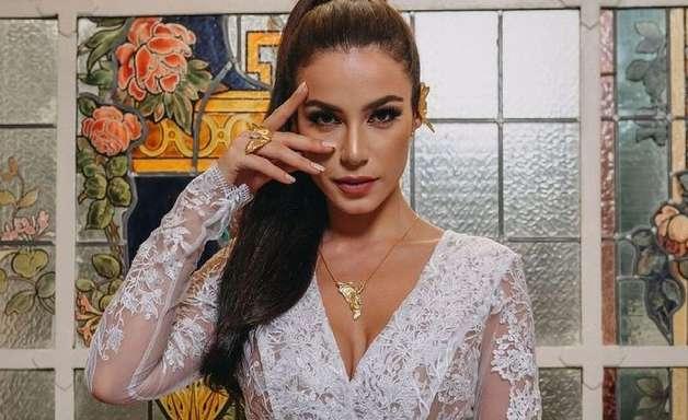 Miss Brasil usa joias esculpidas à mão por artista brasileira