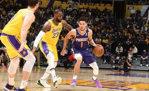 Devin Booker brilha, Suns vence e elimina Lakers dos playoffs
