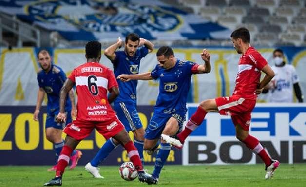 Em jogo de sete gols CRB derrota o Cruzeiro no Mineirão e 'manda' a Raposa para a lanterna da Série B