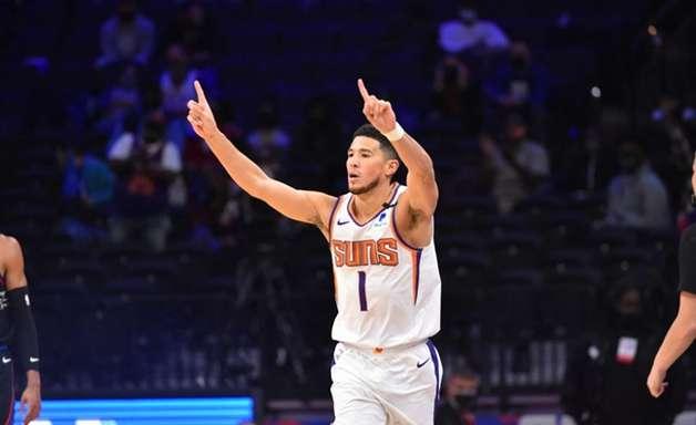 """Técnico do Suns critica ausência de Booker em times ideais: """"Piada"""""""