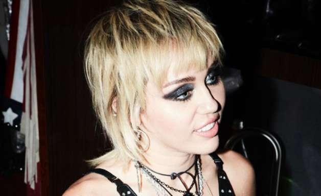 Miley Cyrus se joga no rock com cover do Metallica