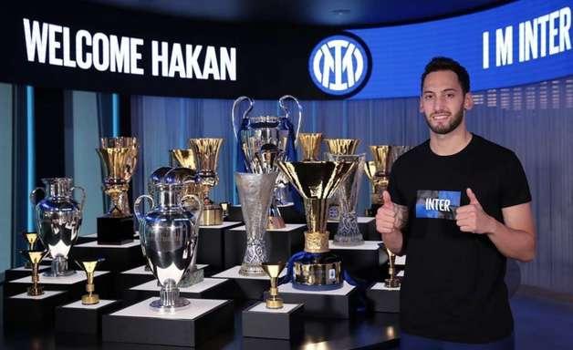 Pulou o muro! Inter de Milão anuncia contratação de Çalhanoglu, ex-Milan