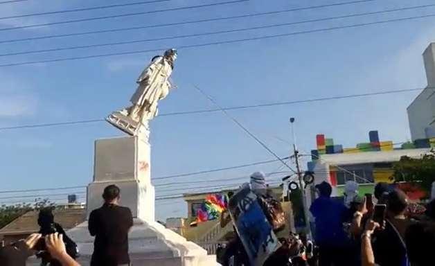 Colombianos derrubam estátua de Cristóvão Colombo em ato