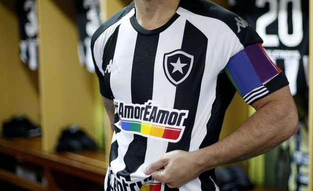 Botafogo leiloará camisas usadas contra o Vitória; lucro irá para projeto que acolhe pessoas LGBTQIA+