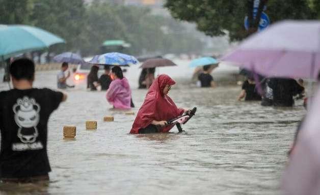 Horror na 'linha 5' do metrô durante as inundações na China