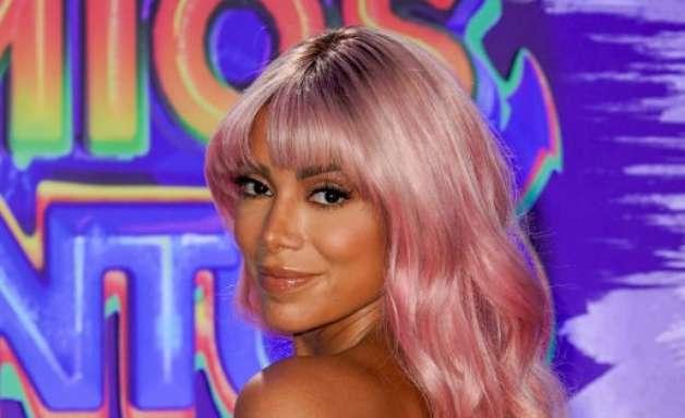 Anitta usa peruca rosa em premiação nos Estados Unidos