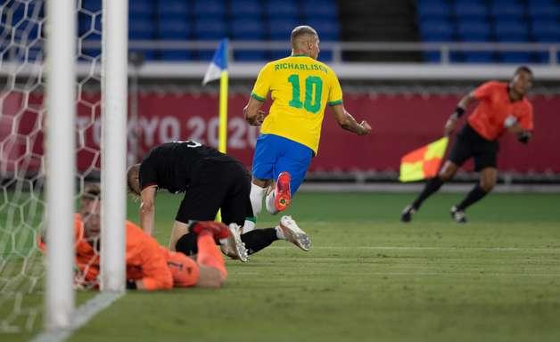 Richarlison faz 3 e Brasil vence Alemanha na estreia